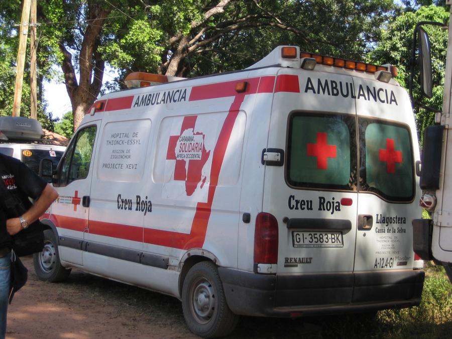 Ambulància Creu Roja de Llagostera per l'hospital de Thionck-Essyl