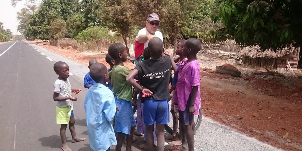 En paco de Pedals Solidaris repartint carmels als nens